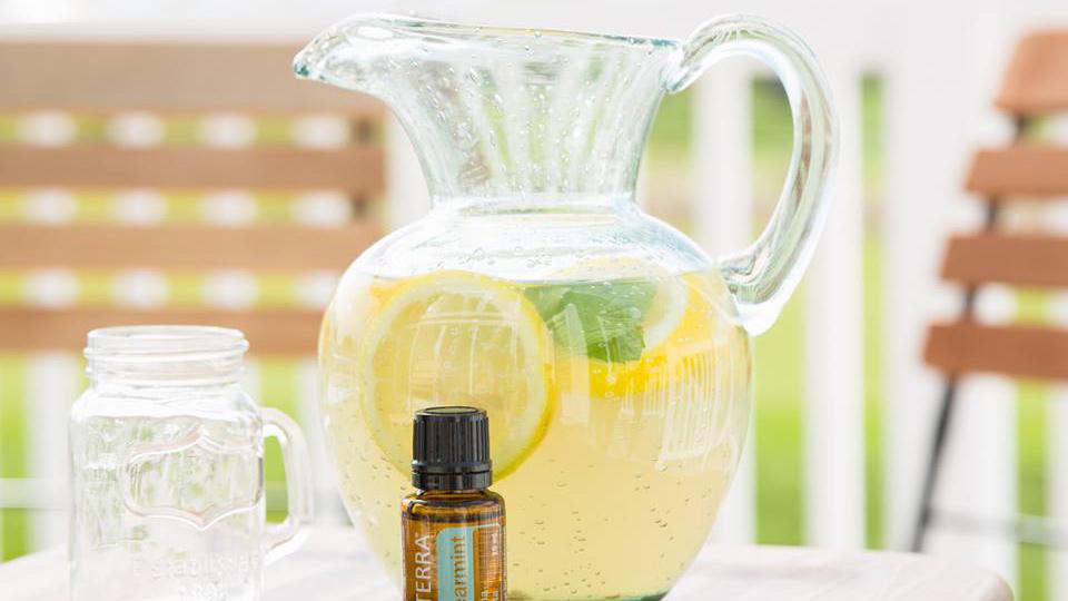 https://www.doterra.com/medias/16x9-1280x720-spearmint-lemonade-us-english-web.jpg?context=bWFzdGVyfGltYWdlc3wxNDMzODZ8aW1hZ2UvanBlZ3xpbWFnZXMvaGM0L2g2MC8xMjAxNjU2NDk2MTMxMC5qcGd8Mjk5Y2IxNTI3MDgzZDQ1YzUwMzdmMmIxMGNmZjViOTllMWRiZjU3NTYyZjhiYjNiMTI2YTQyYzRiNzYxMzhjMQ